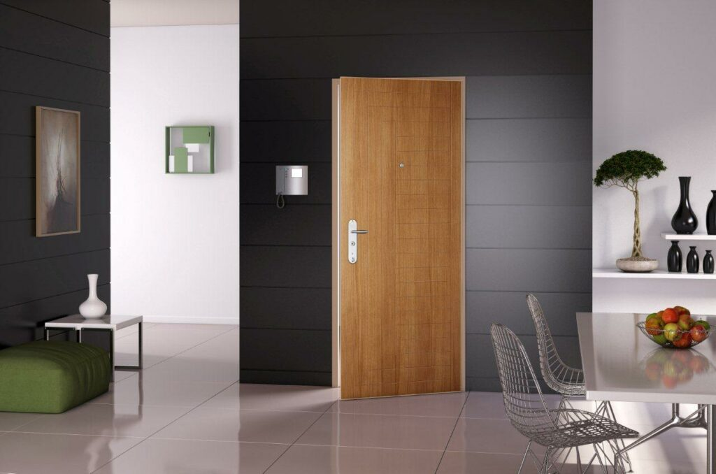 Porta blindata di casa brand Fichet interno casa di design